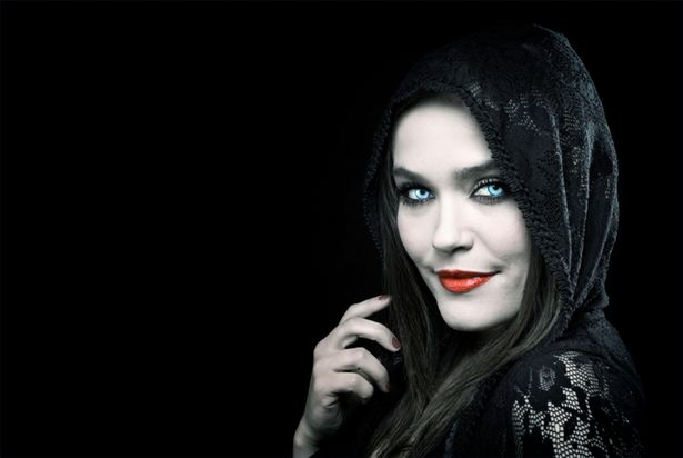 article-new-thumbnail-ehow-images-a04-87-tn-apply-vampire-makeup-800x800